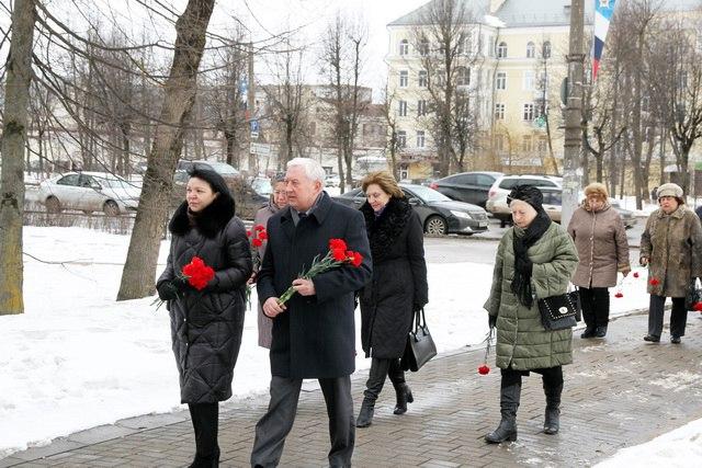 Председатель Смоленского горсовета возложил цветы к бюсту Юрия Гагарина