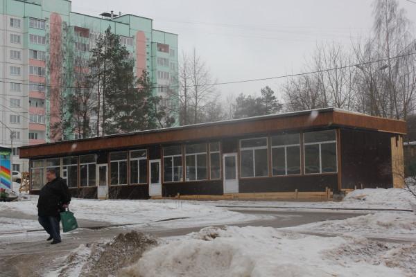 «Мини-рынок на трубах». В Смоленске у детского сада возвели самострой