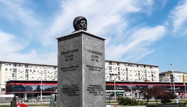 В Сербии убрали недавно установленный «оскорбляющий» памятник Гагарину