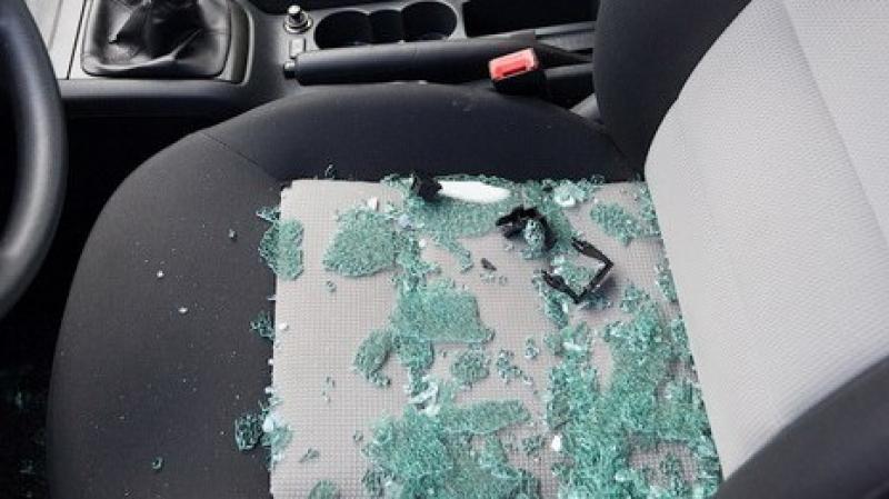В Смоленске школьники на спор бьют машины