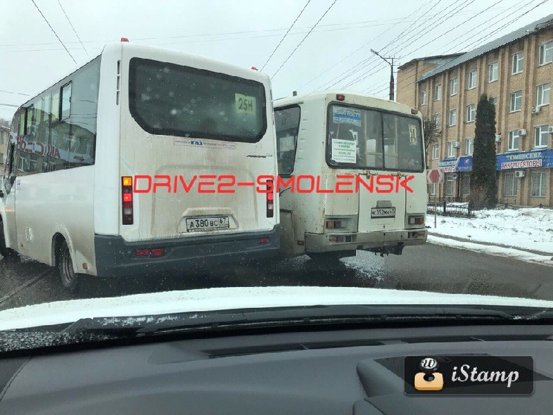 В Смоленске маршрутчики грубо нарушают ПДД ради денег