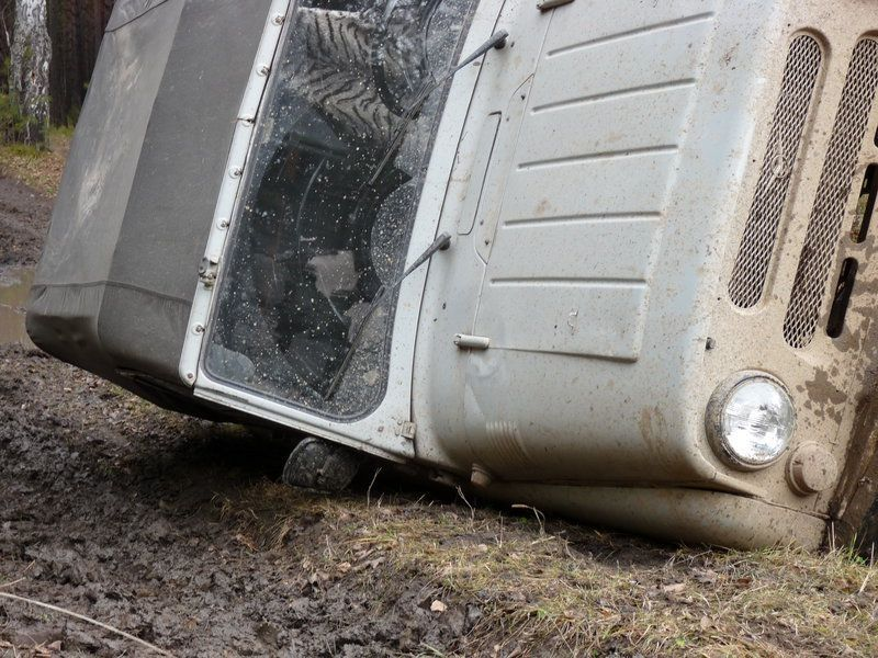 В Смоленской области перевернулся «УАЗ»: водитель сбежал, а пассажирку госпитализировали