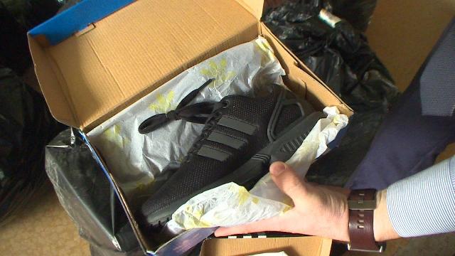 В смоленском торговом центре продавали контрафактную одежду и обувь