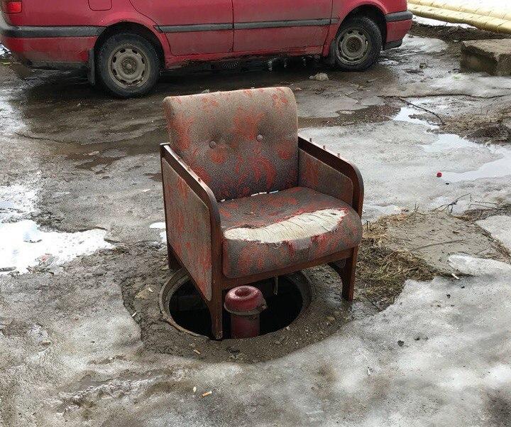 В райцентре Смоленской области открытый люк прикрыли… креслом