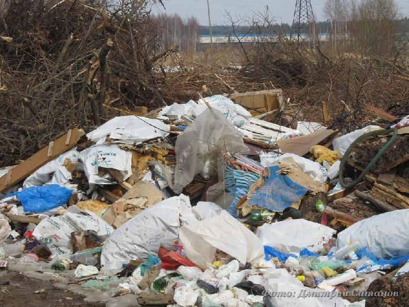 Жители райцентра Смоленской области жалуются на свалку на пути к храму