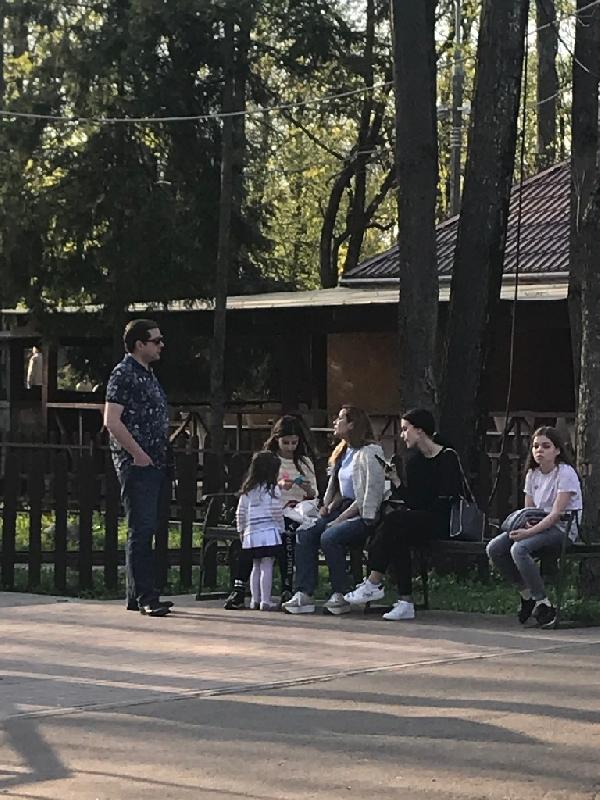 Очевидцы сфотографировали губернатора Алексея Островского, гуляющего с семьей в парке
