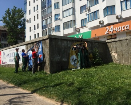 В Смоленске демонтировали десять самовольно развешанных баннеров