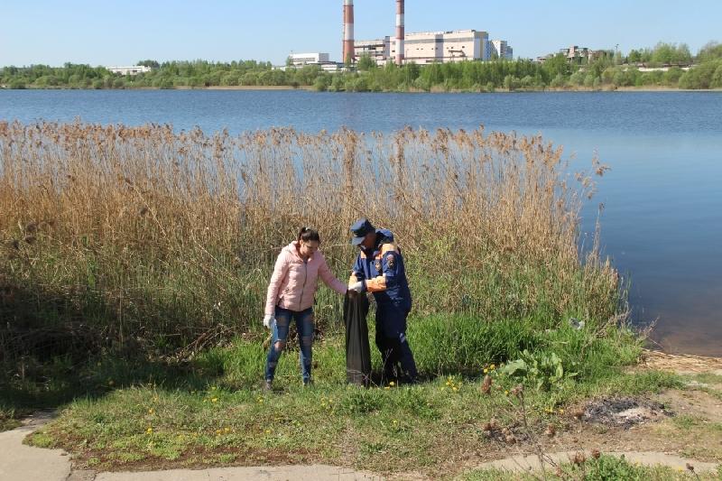 В Смоленске убрали мусор на берегу озера ТЭЦ-2