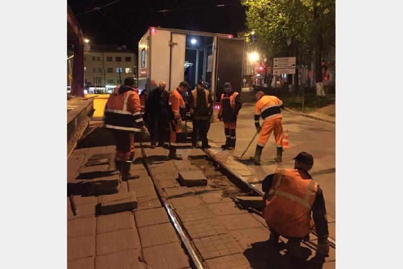 В Смоленске по ночам меняют трамвайные рельсы