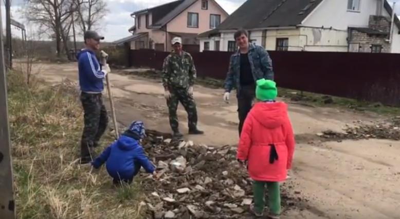 В райцентре Смоленской области люди сами ремонтируют дороги