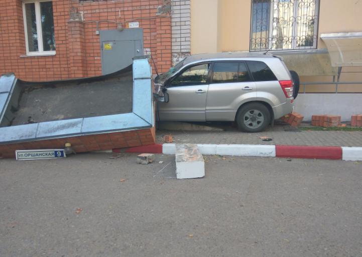 В Смоленске часть дома рухнула на автомобиль