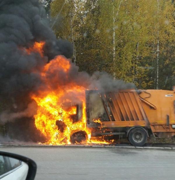 В Смоленском районе сгорел мусоровоз