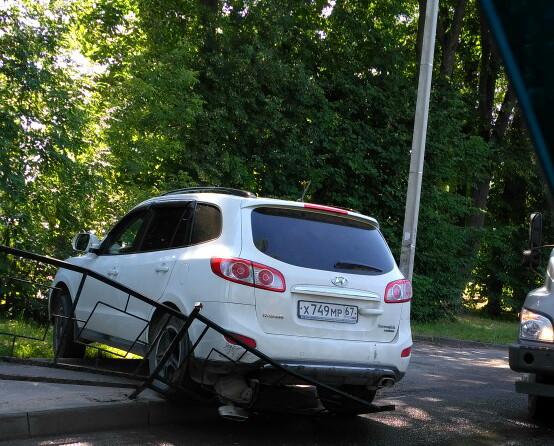 В Смоленске водитель иномарки протаранил ограждение