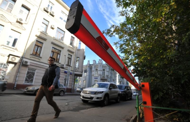 В центре Смоленска жильцов обязали убрать шлагбаум