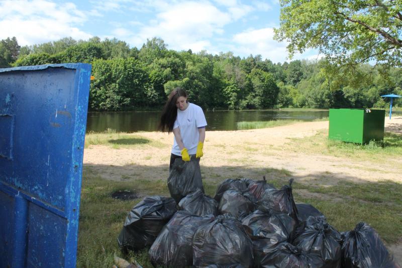 Активисты ОНФ убрали мусор на берегах двух озер в Смоленске