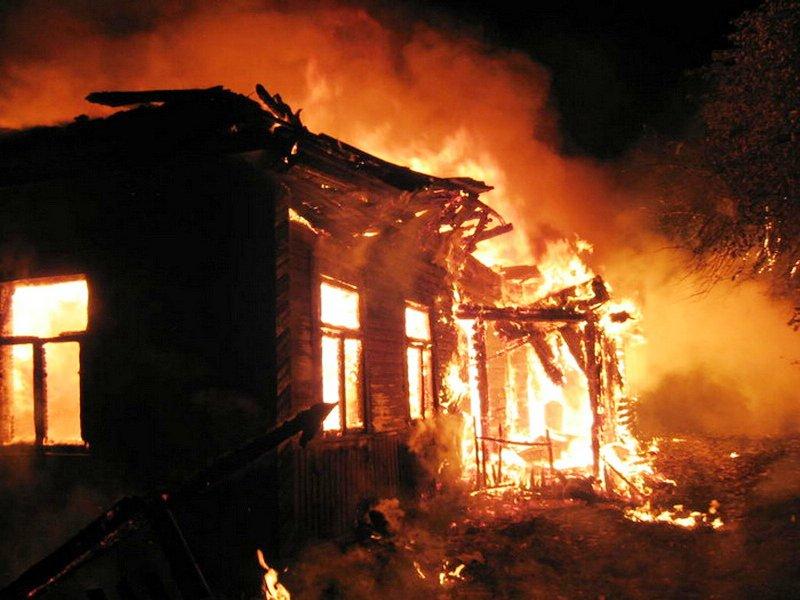 В смоленской деревне сгорели дом и два авто