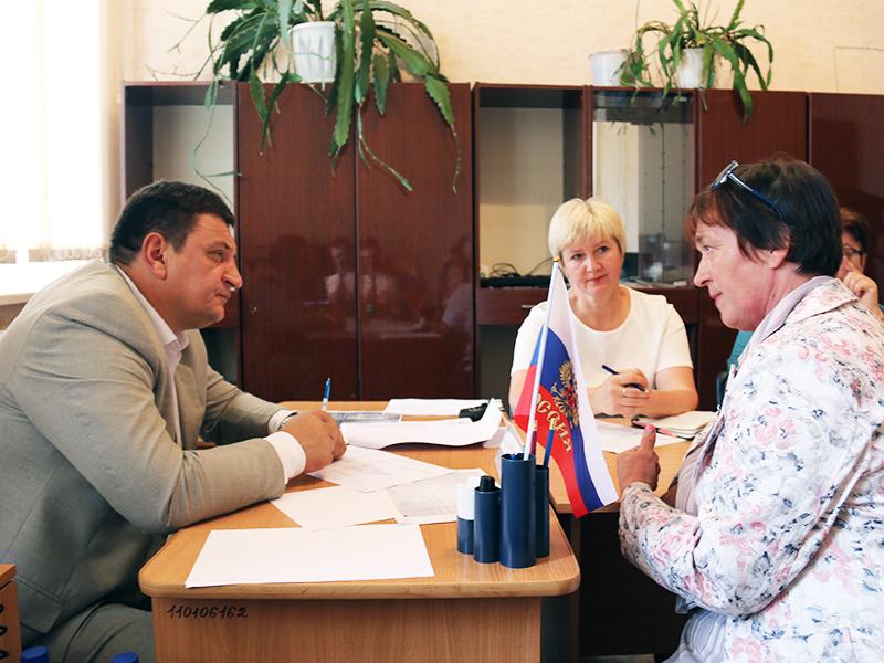 Игорь Ляхов провел прием граждан в Велиже