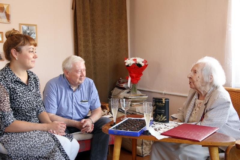 Юрий Сынкин поздравил со 100-летием Почетного гражданина Смоленска Нину Чаевскую