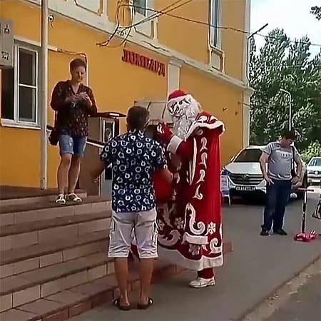 «Новый год в июле». В райцентре Смоленской области заметили Деда Мороза