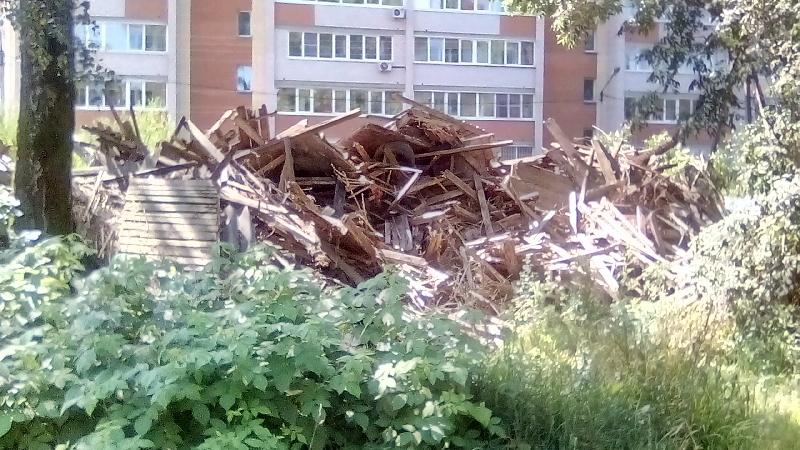 «Уже два года бардак». Жители Смоленска возмущены брошенными «останками» домов