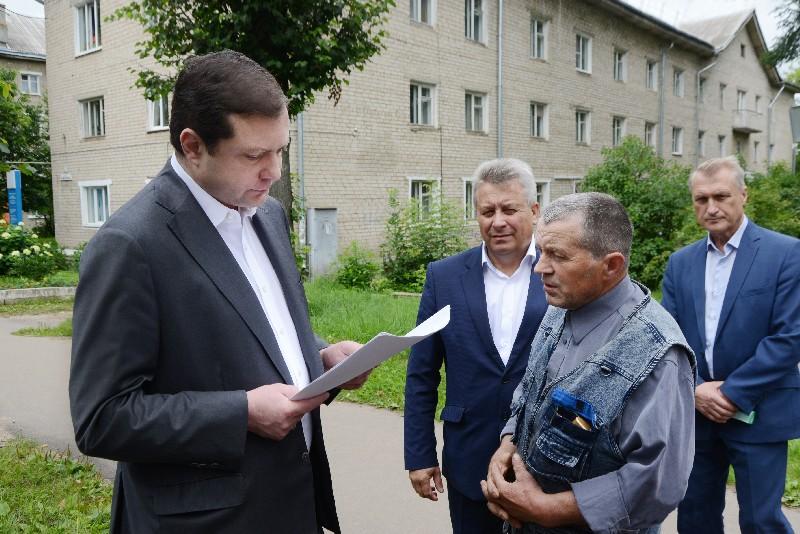 Алексей Островский проинспектировал качество дорожного ремонта в Ярцеве