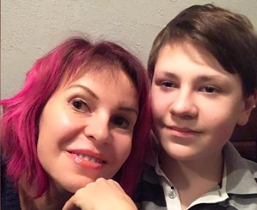 «Ребенок запуган». Сына известной певицы удерживают в Смоленской области