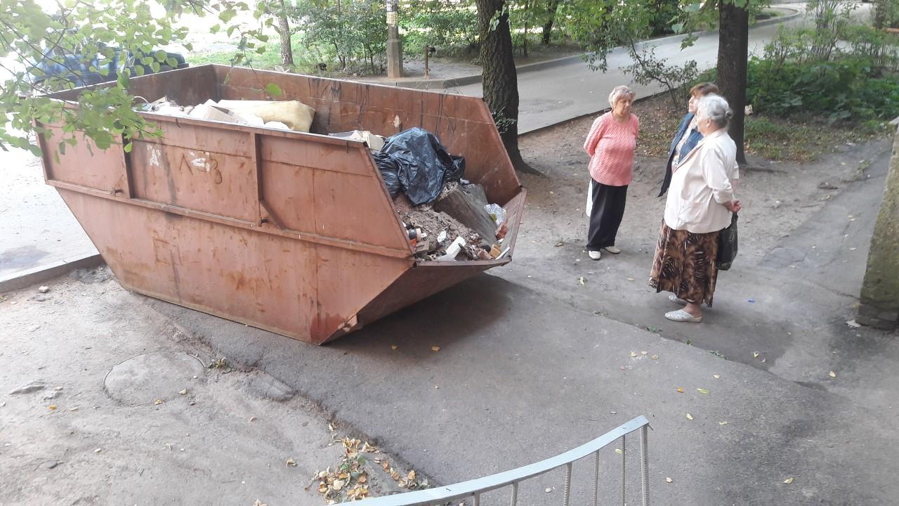 В Смоленске «Жилищник» оставил мусорный контейнер прямо у входа в подъезд