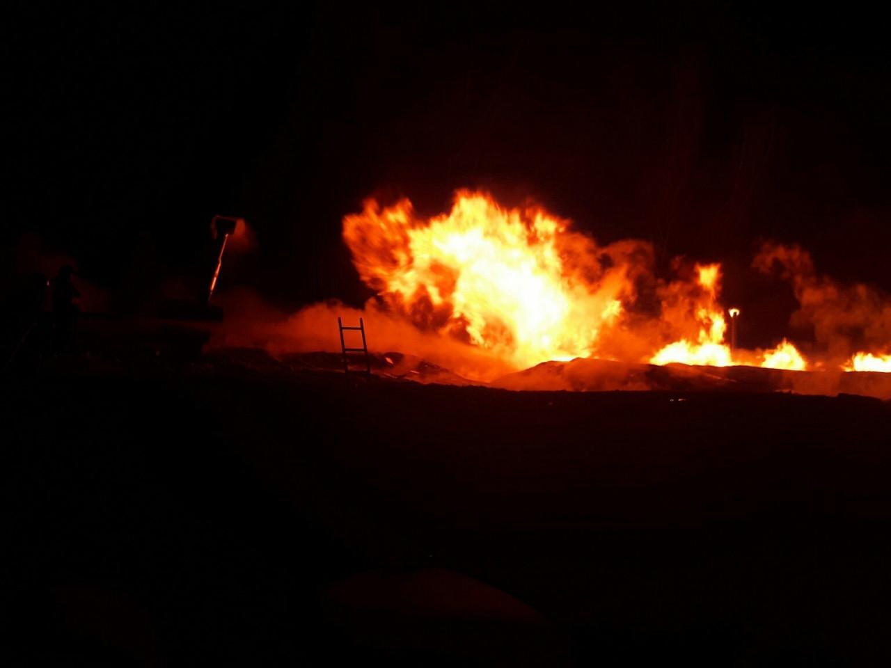 Пожар на зерноскладе под Смоленском уничтожил грузовик и 60 тонн сена