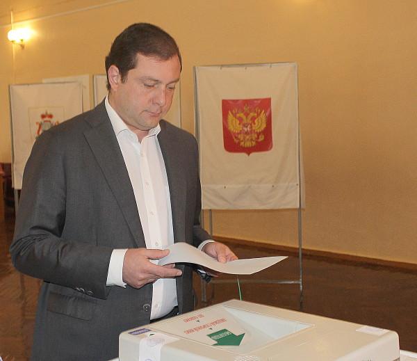 Губернатор Алексей Островский проголосовал на выборах в Смоленскую облдуму