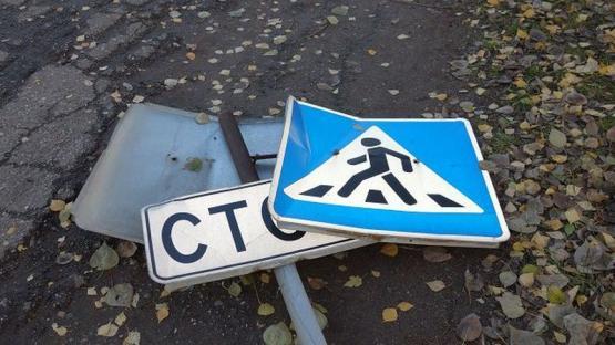 Смолянин украл дорожные знаки