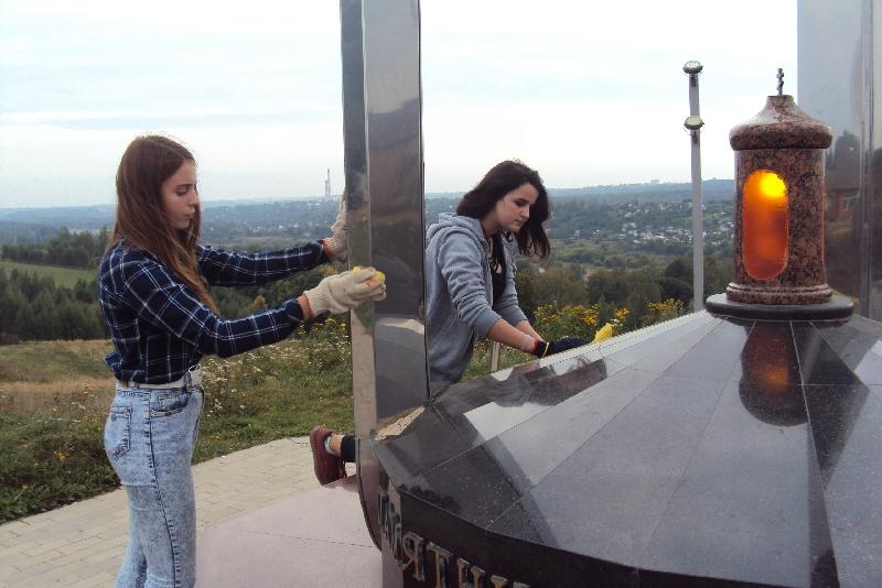 Волонтеры благоустроили уникальный мемориал в Смоленском районе