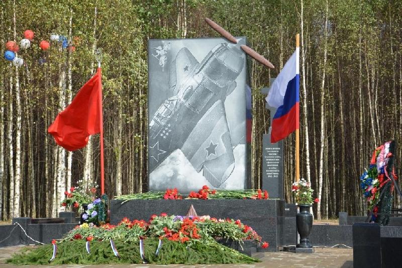 В Смоленской области открыли памятник погибшим в войну летчикам