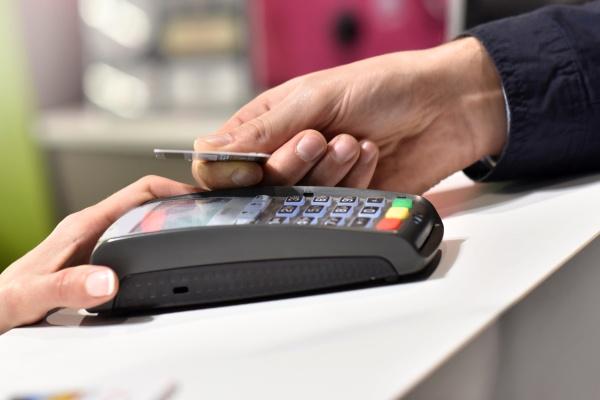 Смоляне стали чаще расплачиваться картами за покупки