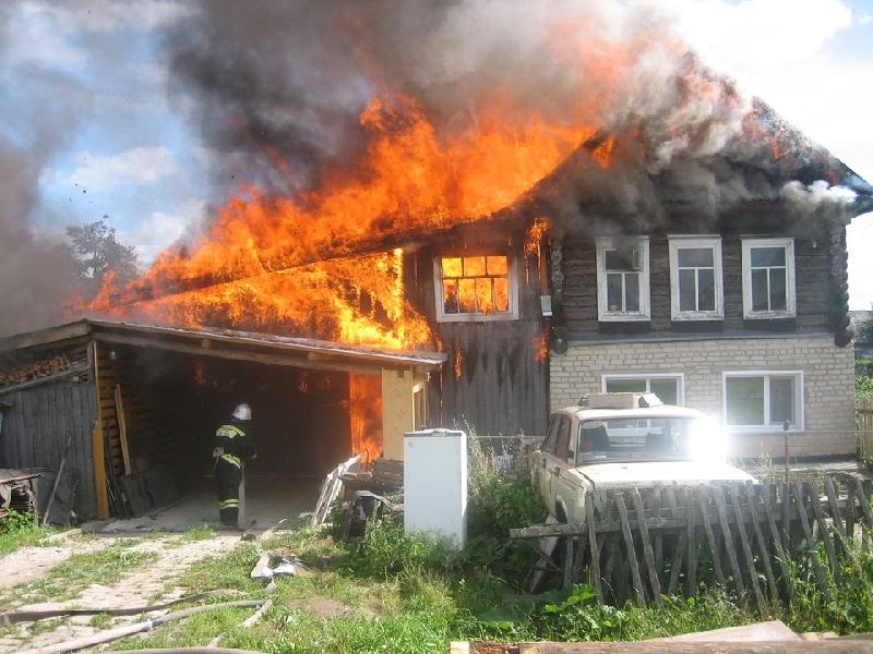 В райцентре Смоленской области сгорел дом и гараж