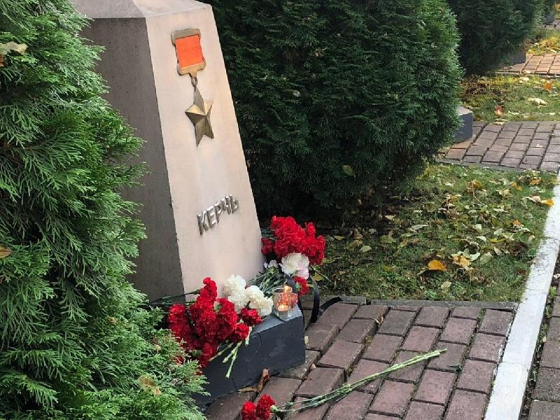Смоляне несут цветы к стеле города-героя Керчи
