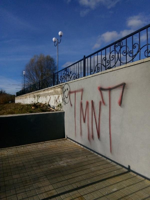 В Смоленской области вандалы изрисовали набережную