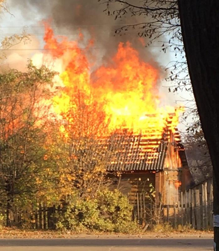 Смоляне сняли на видео дом, который вспыхнул как факел