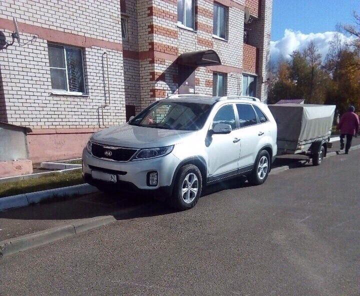 «Я паркуюсь как… чудак». В Смоленской области автохам занял весь тротуар