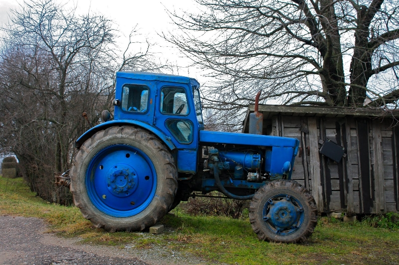 Трактор оставил жителей Смоленской области без электричества