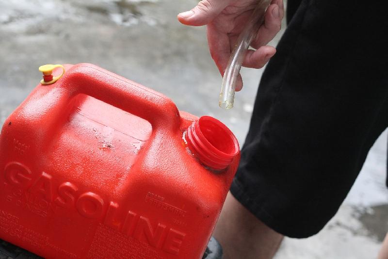 Полицейские задержали молодых людей, сливавших бензин из чужих машин в Смоленске