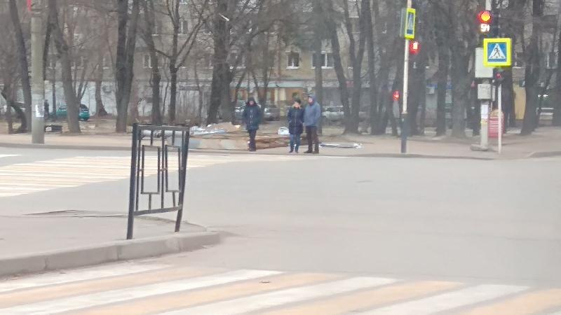 «Ветром сдуло или забыли убрать?». В центре Смоленска валяется рекламный щит