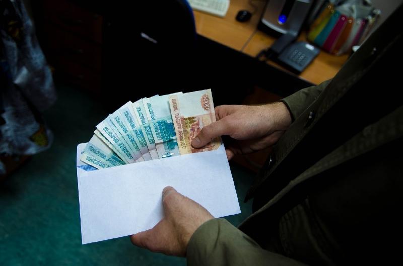 Москвич, давший взятку полицейскому в Смоленской области, пойдет под суд