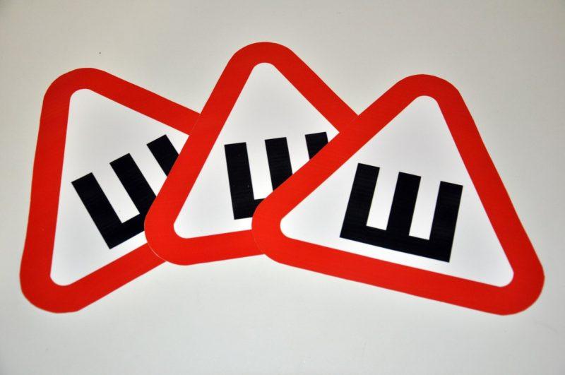 Стали известны сроки отказа от обязательной установки знака «Шипы»