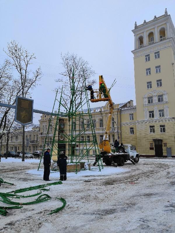 В Смоленске устанавливают главную городскую елку