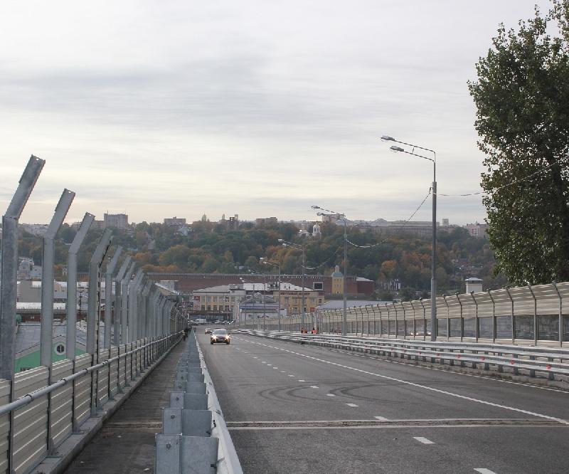 В Смоленске пешеходам разрешили ходить по Беляевскому путепроводу