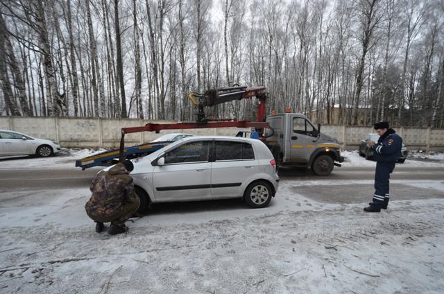В Смоленске сотрудники ГИБДД освободили двор от машин