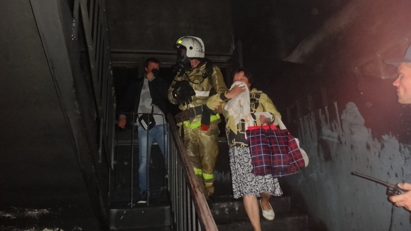 В райцентре Смоленской области пожарные эвакуировали жильцов пятиэтажки