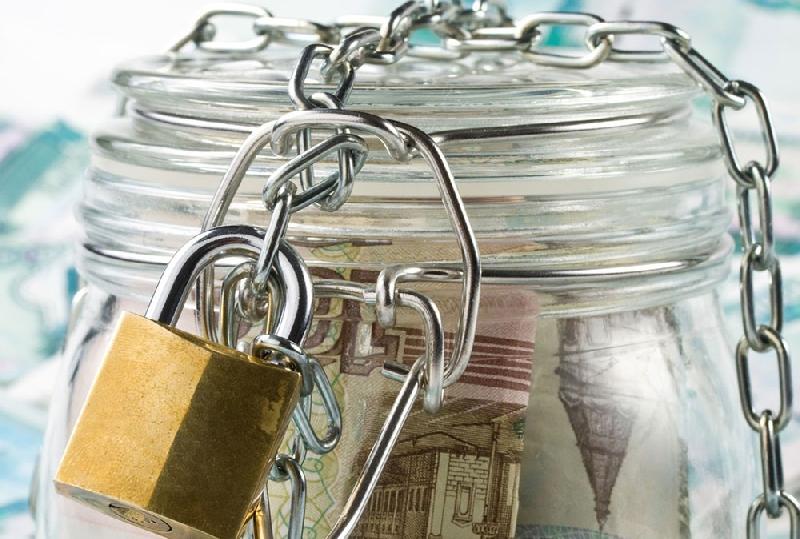 Приставы заставили смолянина заплатить 45 тысяч рублей, арестовав его счет в банке