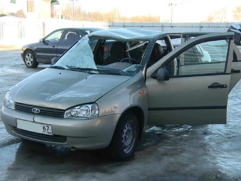 В Смоленске глыба льда рухнула на машину