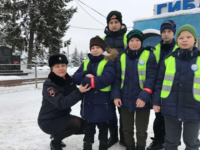Сотрудники УГИБДД раздали фликеры и световозращающие жилеты школьникам Смоленска